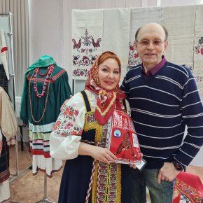 В ДХШ №1 имени Татлина продолжает работать выставка традиционной одежды и предметов быта 19-20 веков из коллекции Татьяны Стаильской. Репортаж.