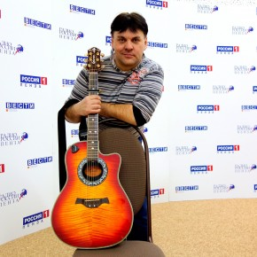 Гость студии автор и исполнитель песен Дэн Издольный.