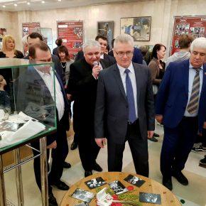 Экскурсию по музею театра проводит заведующий литературно-драматургической частью Пензенского драматического театра Виталий Соколов