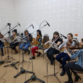 В студии радио ансамбль скрипачей Пензенского колледжа искусств (Руководитель Владислав Казаков, концертмейстер Сергей Суднев)