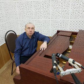 За роялем наш земляк, артист московской филармонии Алексей Герасимов